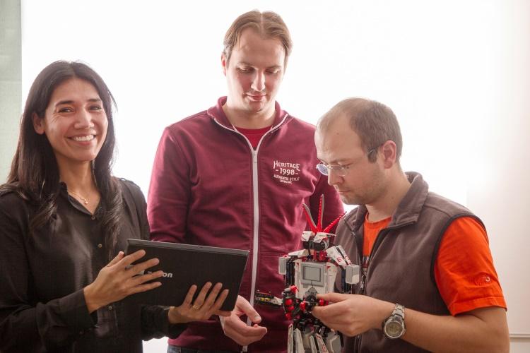 Jury konkursu zenon Challenge z niecierpliwością oczekuje na innowacyjne, przyjazne dla użytkownika i kreatywne prezentacje projektów: (od lewej) Lisette Lillo Fagerstedt, Partner Program Manager w COPA-DATA, Gero Gruber, Screen & Interaction Designer w COPA-DATA i Markus Wintersteller, Senior Consultant w COPA-DATA.