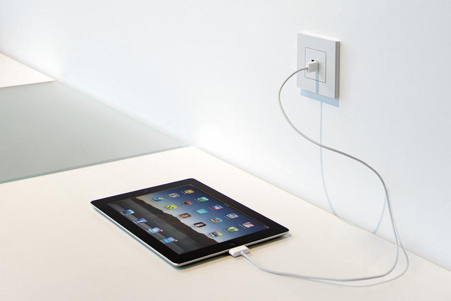 Ładowarka USB w ścianie