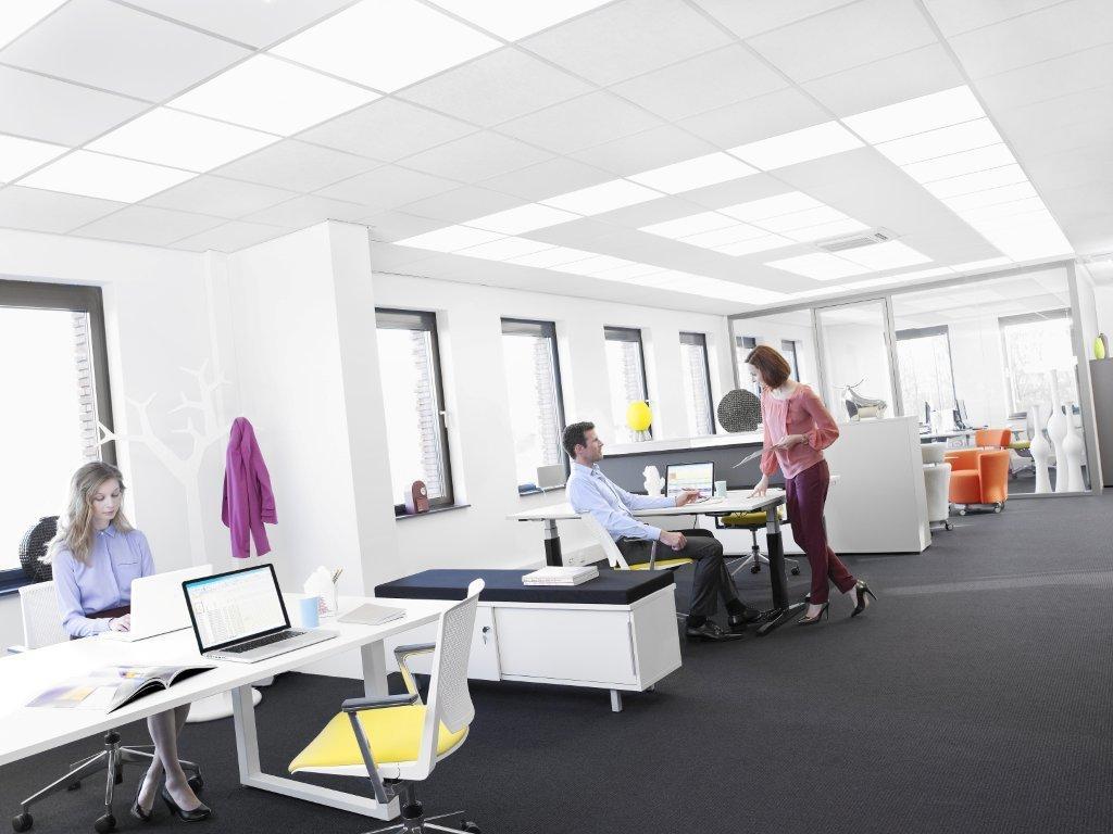Philips i Ecophon wprowadzają na rynek pierwszy biurowy sufit akustyczny emitujący światło, który pomaga ludziom zachować naturalny biorytm