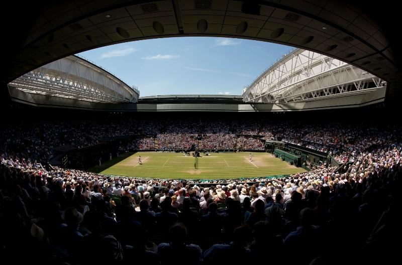 Składanie dachu po pojawieniu się słońca w trakcie trwania zawodów w Wimbledonie, fot. ELTC/Thomas Lovelock