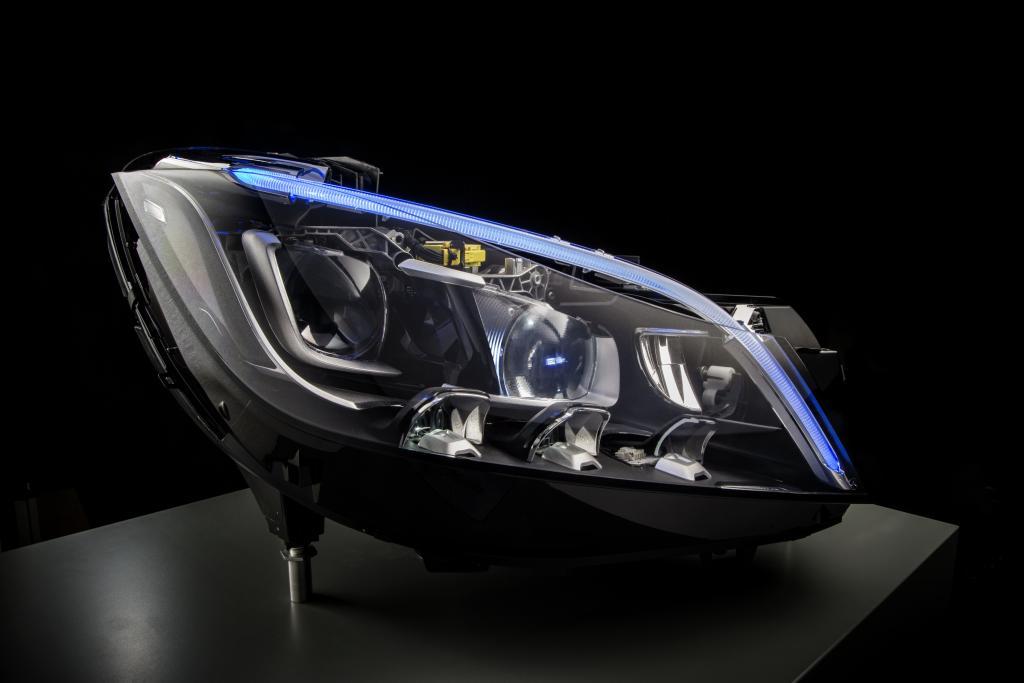 Mercedes-Benz zaprojektował wysokowydajne reflektory LED zapewniające zasięg do 485 m
