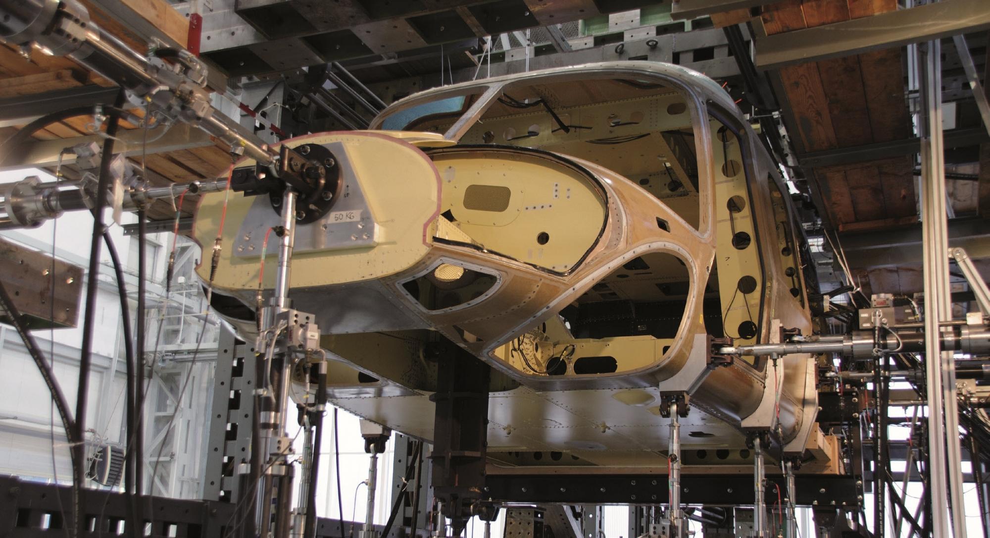 Stanowisko niskocyklonowych badań zmęczeniowych kadłuba śmigłowca AW 149/189