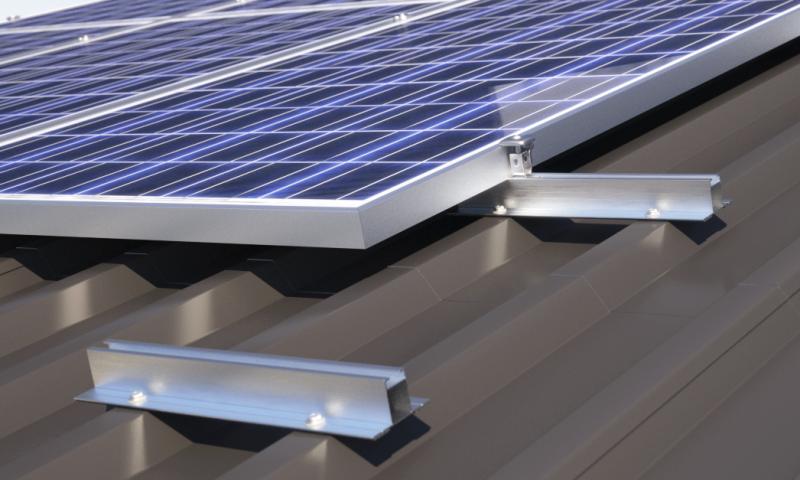 Mocowanie systemy solarne bez użycia szyn na dachach pokrytych blachą trapezową