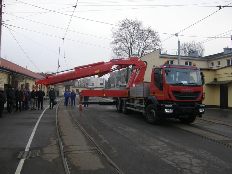 Nowy pojazd drogowo-szynowy MWMB służy m.in. do wkolejania tramwajów po wypadnięciu z szyn lub holowania uszkodzonych wagonów.