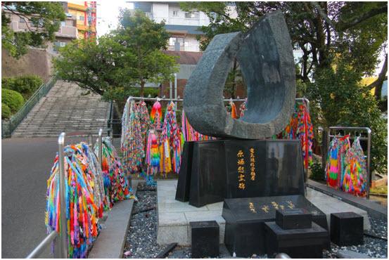 Pomnik w epicentrum wybuchu bomby atomowej w Nagasaki. Wokoło domy i normalne życie. (zdjęcie z własnych zbiorów udostępnił Grzegorz Gawlik)