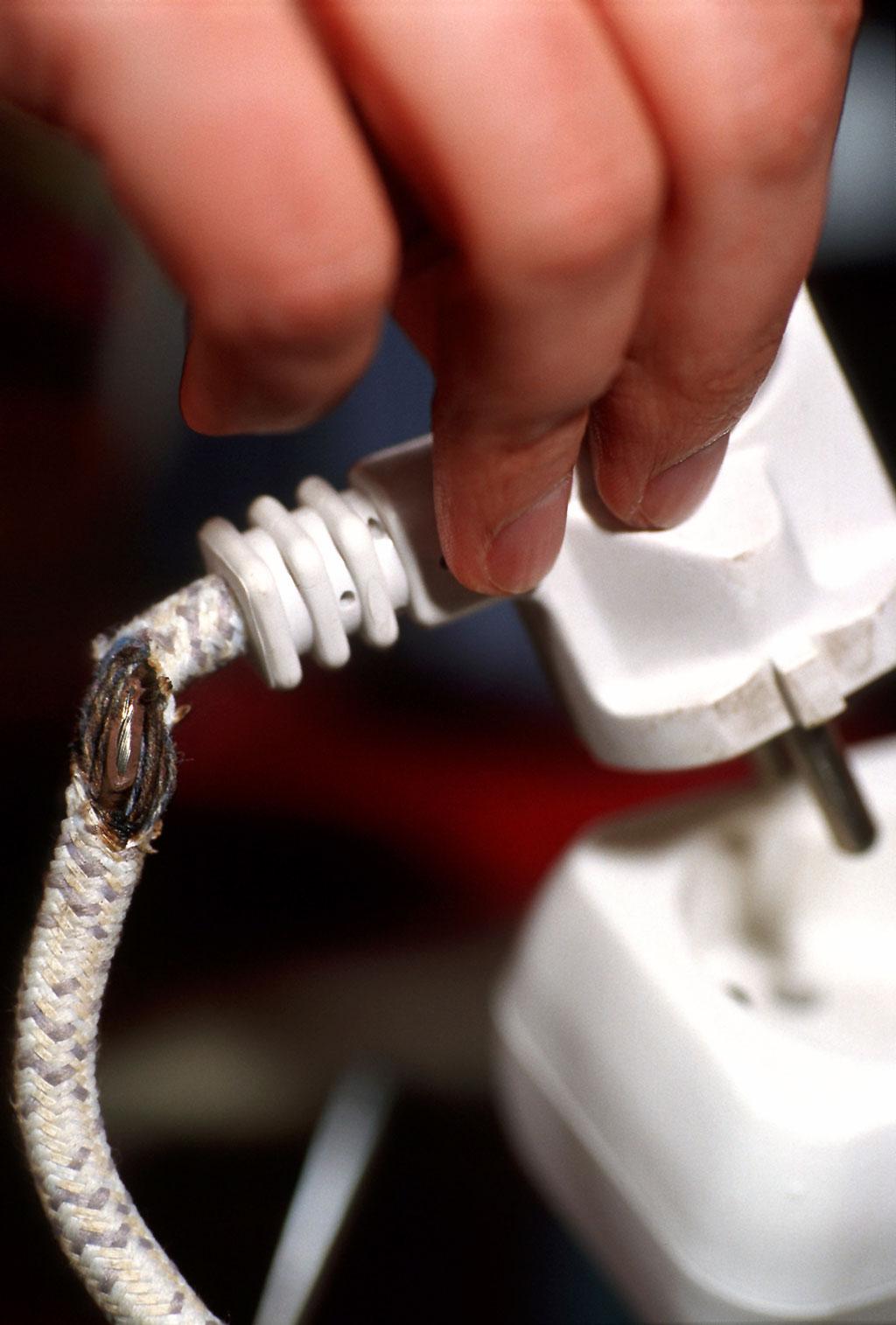 Przetarty lub uszkodzony kabel. (Fot.: IECEE)