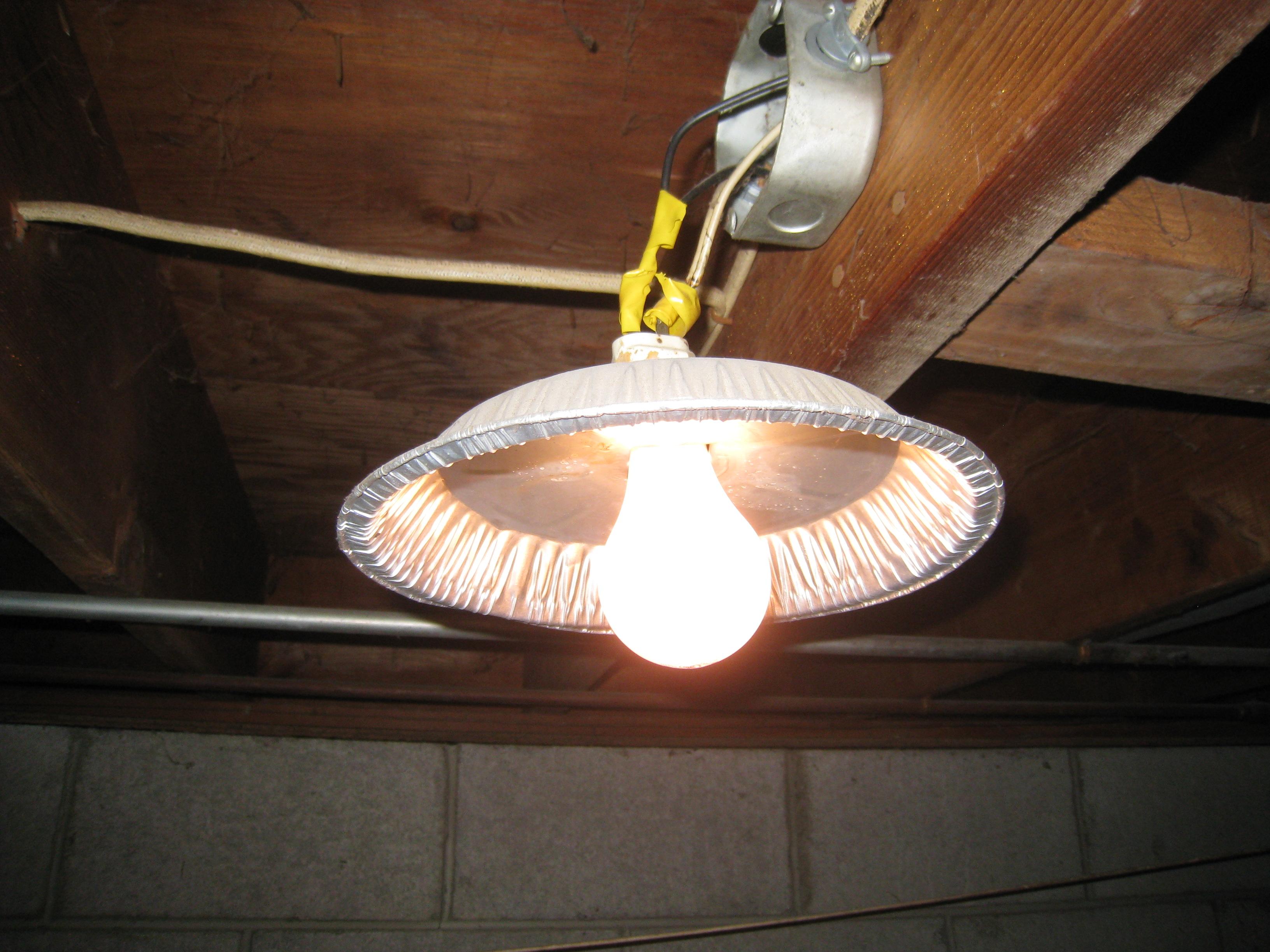 Oprawy oświetleniowe własnej roboty. (Fot.: All Points Inspection)