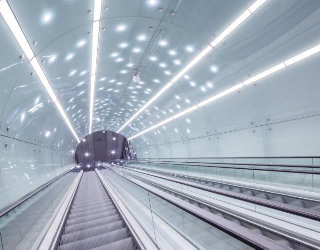 Centralny odcinek drugiej linii Metra w Warszawie oświetlony przez firmę LUG Light Factory