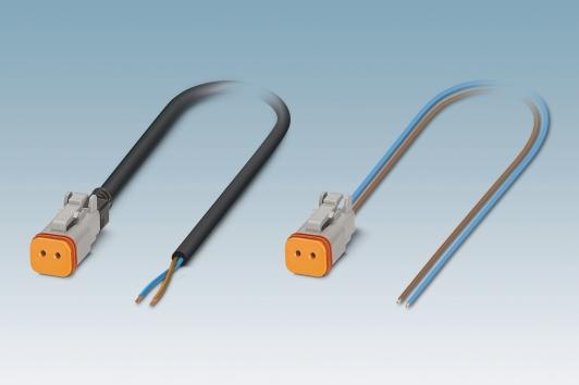 Formowane wtryskowo złącza wtykowe z wystającymi wielożyłowymi kablami (po lewej) zastępują złącza jednożyłowe (po prawej).