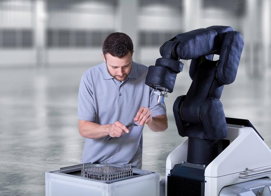 Mobilny asystent produkcji APAS, dostosowany do współpracy z człowiekiem jest pierwszym tego typu urządzeniem, które otrzymało certyfikat niemieckiej organizacji bezpieczeństwa pracy