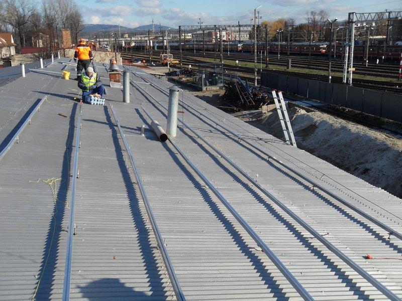 Fotowoltaika to bezpośrednia zamiana światła na prąd elektryczny przy użyciu ogniw fotowoltaicznych - inaczej baterii słonecznych. Baterie można instalować na dachach budynków, ale także na wiatach peronowych lub innych płaskich powierzchniach.