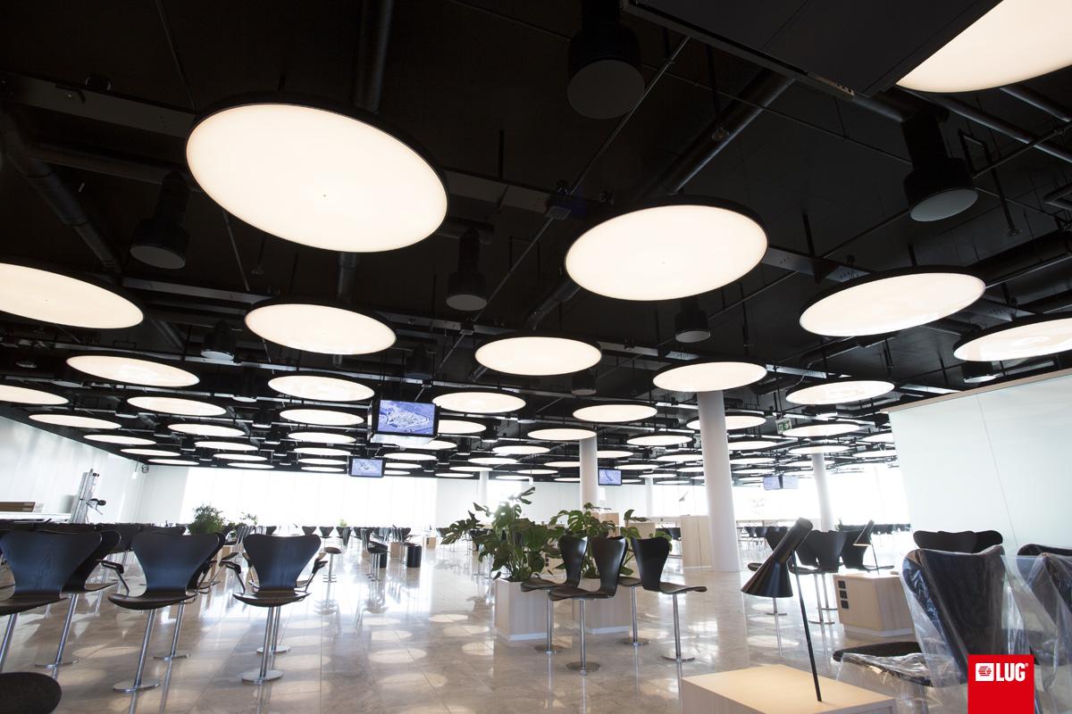 Polskie oprawy oświetleniowe TLON Light z portfolio FLASH DQ w holu C lotniska w Kopenhadze