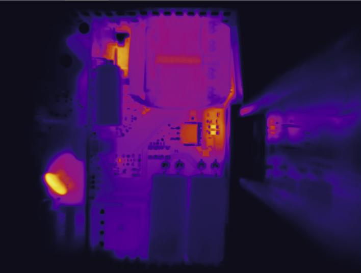 Zdjęcie termowizyjne pokazuje, jak wydajnie usuwane jest ciepło z hotspotów w Trio Power bez wewnętrznego radiatora.