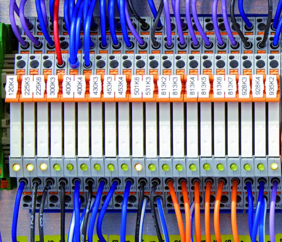 Fot. 5. Wąski przekaźnik sprzęgający RIF-0 zajmuje niewiele miejsca w szafce rozdzielczej.