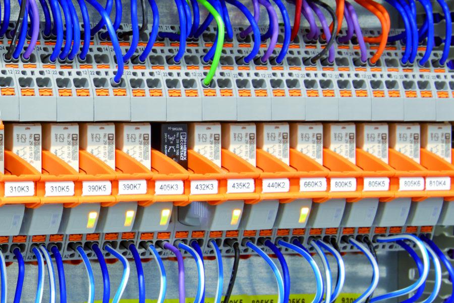 Fot. 6. Cztery zestyki przełączne modułu przekaźnikowego RIF-2 umożliwiają powielenie ilości zestyków.