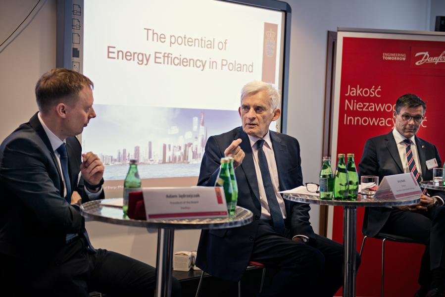 Zdjęcia z debaty, od lewej: Adam Jędrzejczak, Jerzy Buzek i Ambasador Danii Steen Hommel.