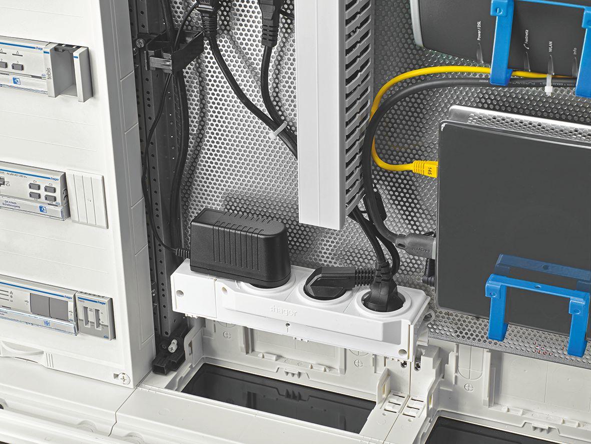 Rozdzielnice volta multimedialne 3-, 4- i 5-rzędowe, są teraz standardowo wyposażone w 12 miejscowy patch-panel pod moduły teleinformatyczne, perforowane płyty montażowe i potrójne, obrotowe gniazda zasilające 230 V.