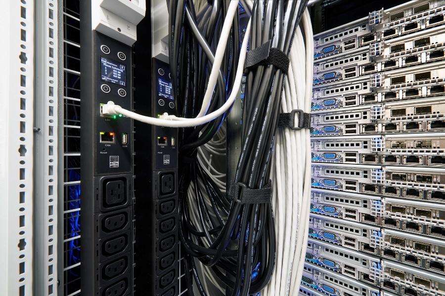 Poprawna dystrybucja energii w szafie serwerowej