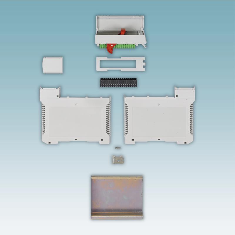 Fot.2  Kompletny zestaw deweloperski obudowy ME-PLC zawiera także fragment szyny montażowej. Jest ona znacznie szersza niż standardowa szyna DIN. Płytka uniwersalna dostępna jest jako element akcesoryjny.