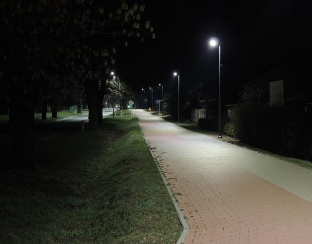 Nowoczesny system oświetlenia ścieżki pieszo-rowerowej w Mieścisku steruje lampami tak, że światło podąża za przechodniem lub rowerzystą