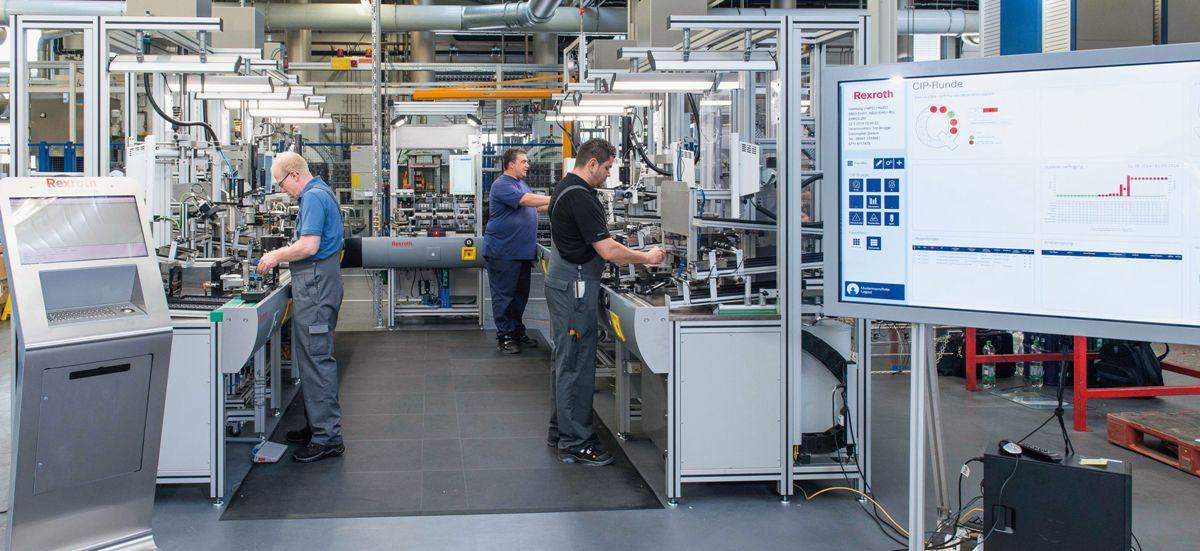 Na linii produkcyjnej w Homburgu firma Bosch Rexroth montuje ponad 200 różnych wariantów zaworów hydraulicznych przy użyciu jednej uniwersalnej linii produkcyjnej bez konieczności modyfikowania maszyn.