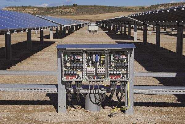 Wydajna instalacja polowa – skrzynka do podłączenia generatora musi wraz ze zintegrowanymi w niej elementami ochronnymi być odporna na czynniki pogodowe.