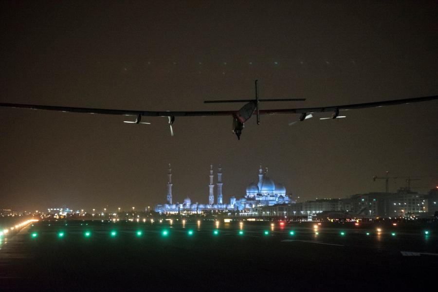 po trwającym 48 godzin i 37 minut locie z Kairu, Solar Impulse wylądował w punkcie początkowym swojej podróży w Abu Zabi.