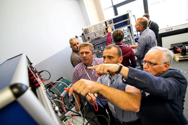 Uczestnicy konferencji technicznej wzięli udział w szeregu wykładów, ćwiczeń oraz szkoleń, w tym również w szkoleniach praktycznych na stanowiskach dydaktycznych Rexroth.