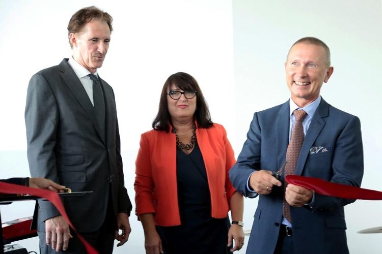 Uroczyste przecięcie wstęgi. Na zdjęciu (od lewej): przedstawiciel Hager Group - Chief Operating Officer Bertrand Schmitt, Daria Szczepańska, Jacek Lubecki. Fot: Hager