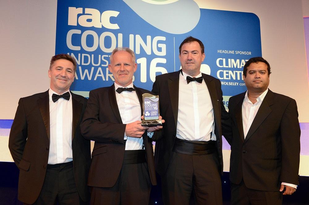Steffen Wagner (drugi od lewej) i Jörg Knetsch (drugi od prawej) odebrali nagrodę dla Rittal. Z prawej strony na zdjęciu jest Paul Sinha, prowadzący galę angielski komik stand-uper, a po lewej Nigel Hillier, dyrektor zarządzający Carel UK