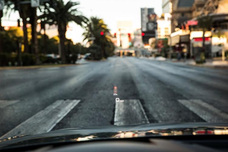 Kierowca widzi w Audi virtual cockpit lub na wyświetlaczu danych na szybie head-up display, czy jest w stanie dojechać z dozwoloną prędkością do kolejnego sygnalizatora na którym pali się zielone światło.