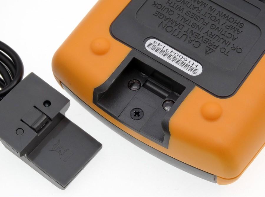 Optoizolowane złącze kabla interfejsu USB zamontowano na górze obudowy. Oprogramowanie uruchomione na komputerze PC pełni funkcję loggera wyników pomiarów. Umożliwia tym samym obserwowanie i wyznaczanie trendów.