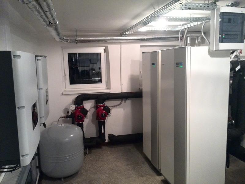Pomieszczenie z pompami ciepła i z inwerterami PV w budynku wielorodzinnym w Szczytnie [źródło: PORT PC/ NIBE-BIAWAR]