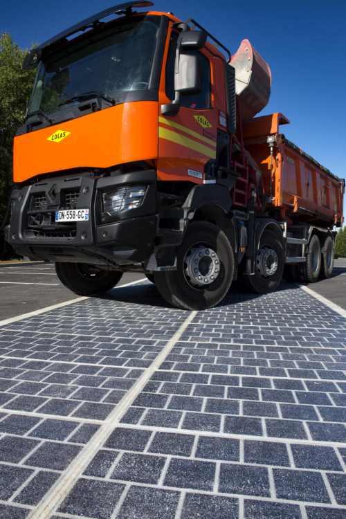 panele zostały pokryte żywicą zawierającą cienkie arkusze krzemu, dzięki czemu są wystarczająco trwałe, aby wytrzymać ruch drogowy, w tym samochodów ciężarowych.