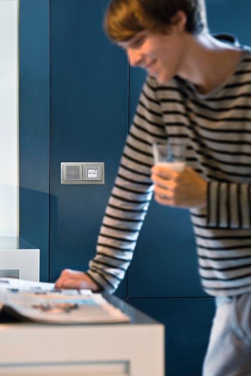 Berker Radio Touch to kompaktowe urządzenie, pozwalające cieszyć się krystalicznie czystym dźwiękiem w każdym miejscu Twojego mieszkania.