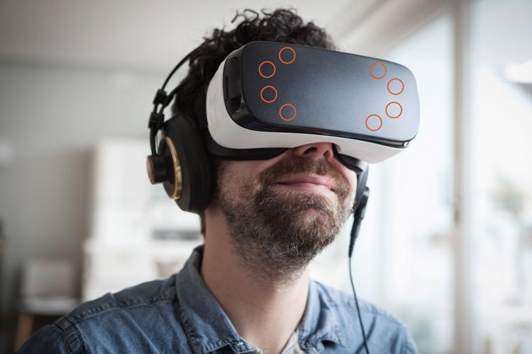 """Użytkownicy VR pozostają całkowicie zanurzeni w równoległym, wirtualnym świecie. Czujniki w urządzeniu przez cały czas rejestrują ich ruchy i przenoszą je do toczącej się w tym samym czasie """"wirtualnej akcji""""."""