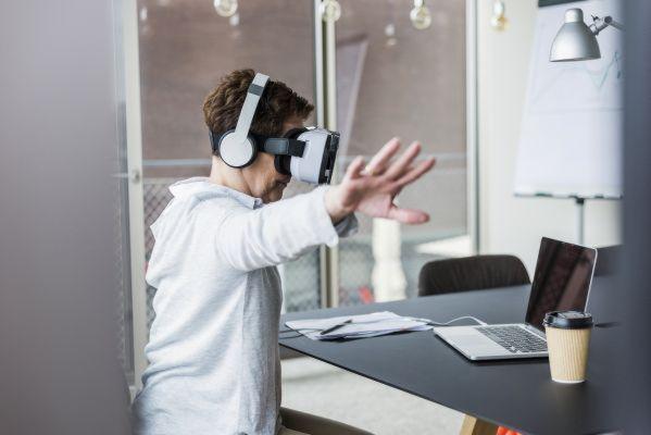 Intuicyjna interakcja: najnowsze headsety AR reagują na ruchy rąk rejestrowane za pomocą kamer 3D. (Źródło: Osram)