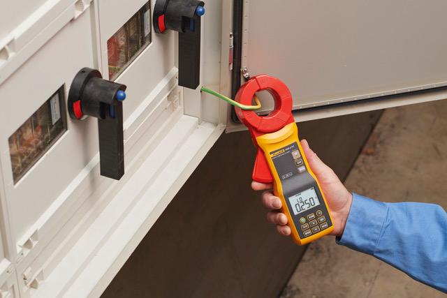 Nowy miernik umożliwia wykonywanie pomiarów bez odłączania uziomu od instalacji uziemiającej
