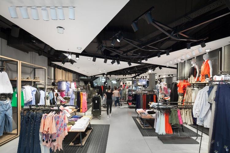 W salonach Reserved wprowadzony został również system automatycznego zarządzania oświetleniem, który poza godzinami otwarcia sklepu ogranicza oświetlenie główne o 70%.