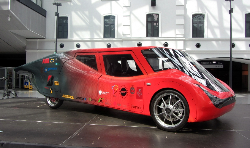 """Zespół studentów """"Lodz Solar Team"""" zaprezentował najnowszy model bolidu napędzanego energią słoneczną"""
