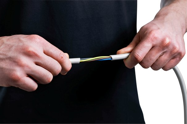 Doświadczony instalator jest w stanie sprawdzić  niektóre cechy jakościowe przewodów Fot. NKT