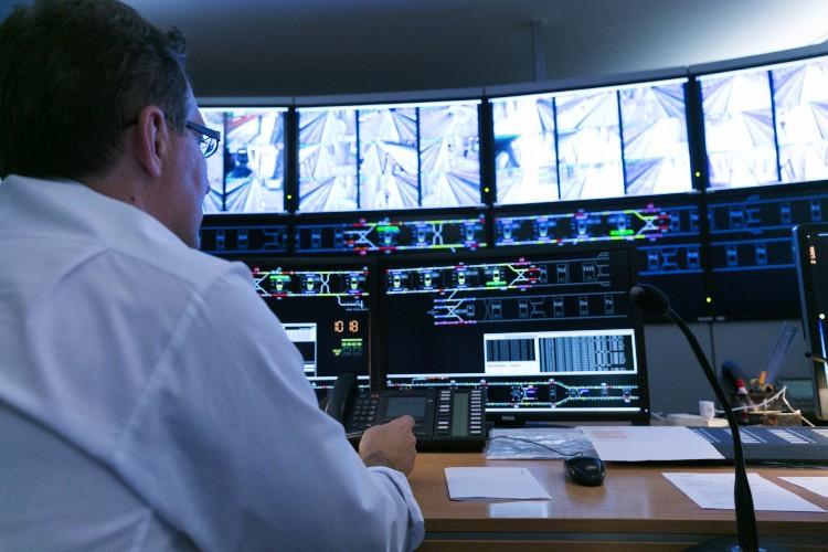 Praca operatora w Centralnej Dyspozytorni metra