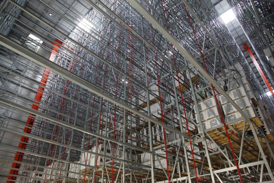 Magazyn wysokiego składowania Amica pracuje przez całą dobę. Towar jest przenoszony przez pięć ramion o długości 44 metry