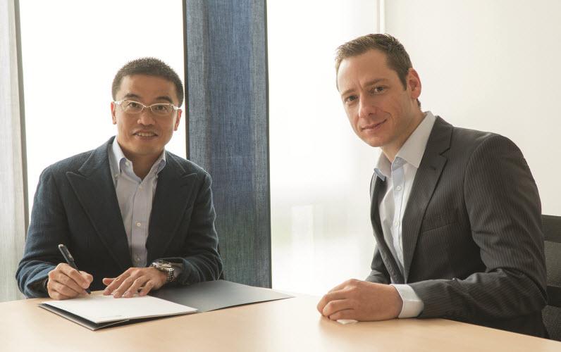 Kei Murakami, dyrektor generalny firmy LINX podpisuje umowę o dystrybucji oprogramowania zenon w Japonii. Obok Stefan Reuther, dyrektor ds. sprzedaży firmy COPA-DATA.