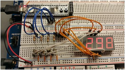fot. 4 W licznik modulo 10k z zewnętrznym obwodem sterownika analogowego.
