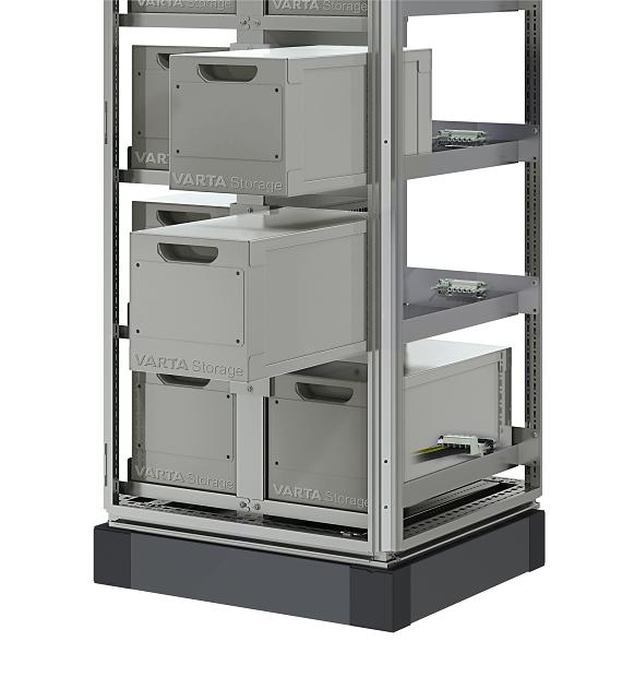 Fot. 1 Przykład systemu typu rack – VARTA Storage.  Zapewnia ekspresową wymianę pakietu akumulatorów, bez konieczności przerywania ich pracy. Połączenia wykonywane są automatycznie po dosunięciu kasety do tylnej ściany szafy.