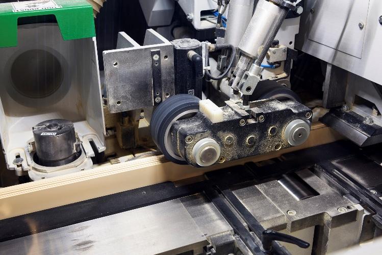 Wałki podające przenoszą drewno przez maszynę, w której jest ono przetwarzane przy użyciu specjalnych narzędzi (takich jak strugarek) do wymaganego rozmiaru.
