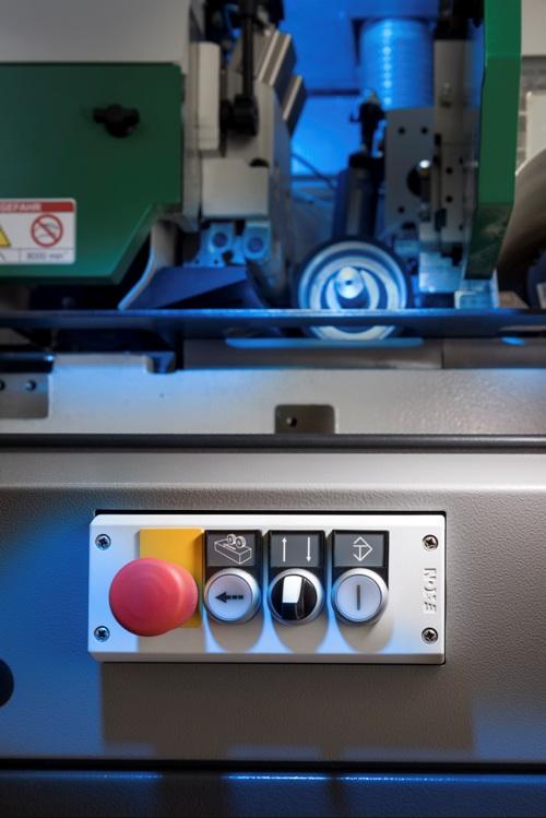 Użytkownik końcowy może podjąć decyzję o pozycjach umieszczenia podświetlanych przycisków, które są używane do obsługiwania podnośników śrubowych.