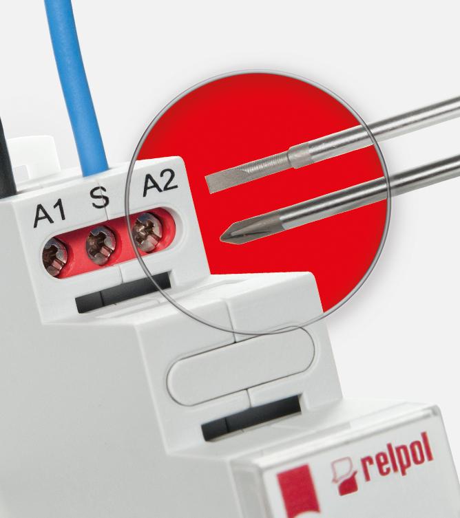 Zaciski przekaźników wyposażone są w uniwersalną śrubę pozwalającą na pracę z wkrętakami płaskimi i krzyżakowymi.