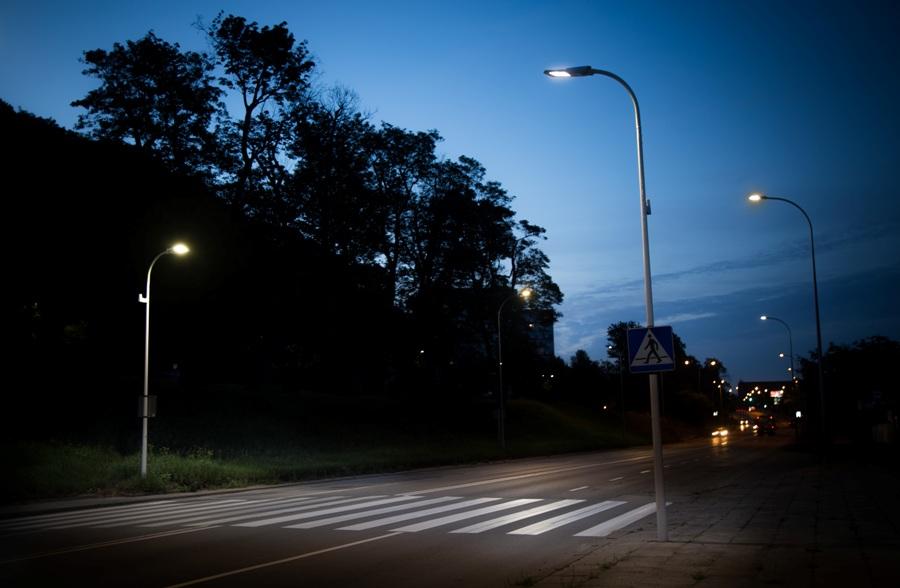 Inteligentne przejście dla pieszych w Gdańsku przy Trakcie Św. Wojciecha jest oświetlone zgodnie z europejską normą PN−EN 13 201:2005. Fot. Energa Oświetlenie.